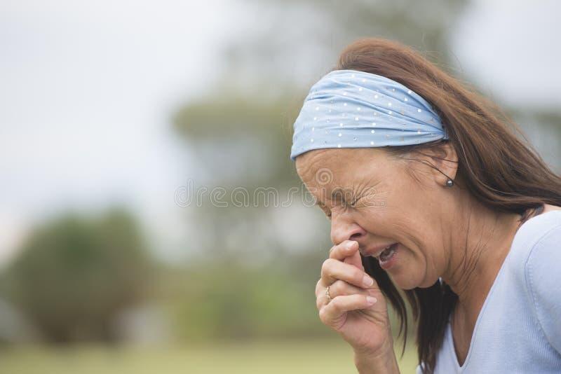 有流感, hayfever或者冷室外的打喷嚏的妇女 库存图片