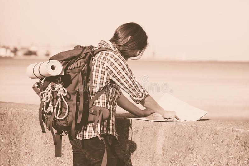 有流浪由海边的背包的人远足者 免版税库存图片