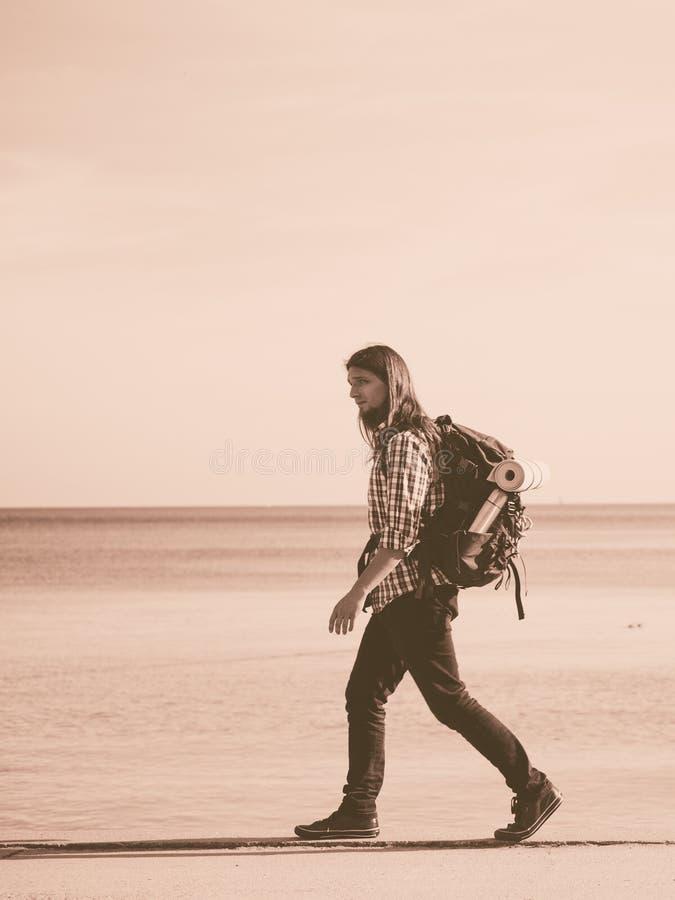 有流浪由海边的背包的人远足者 图库摄影
