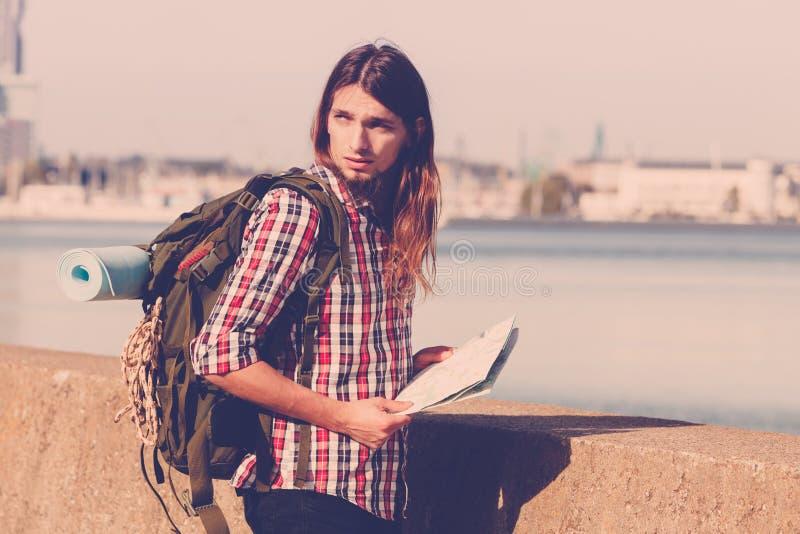 有流浪由海边的背包的人远足者 免版税库存照片
