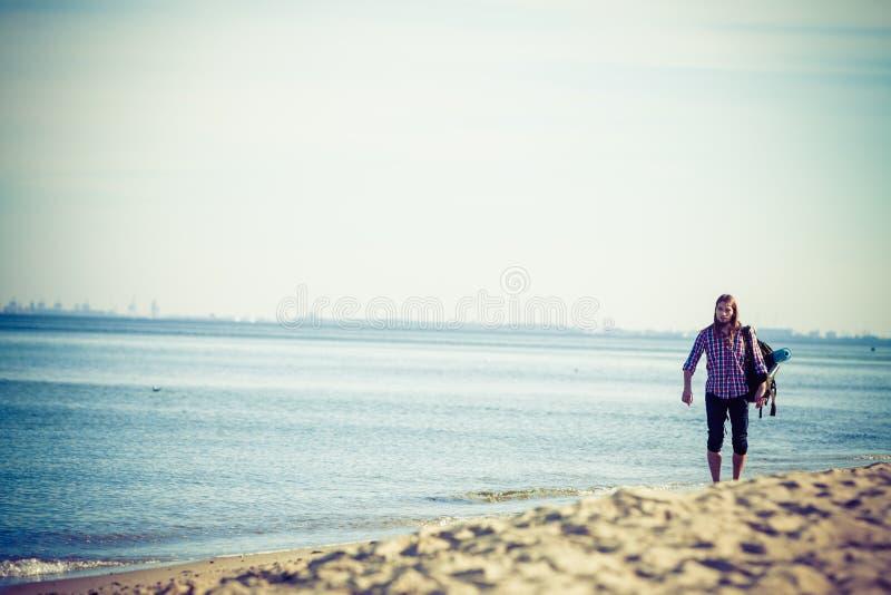 有流浪由海边的背包的人远足者 库存照片