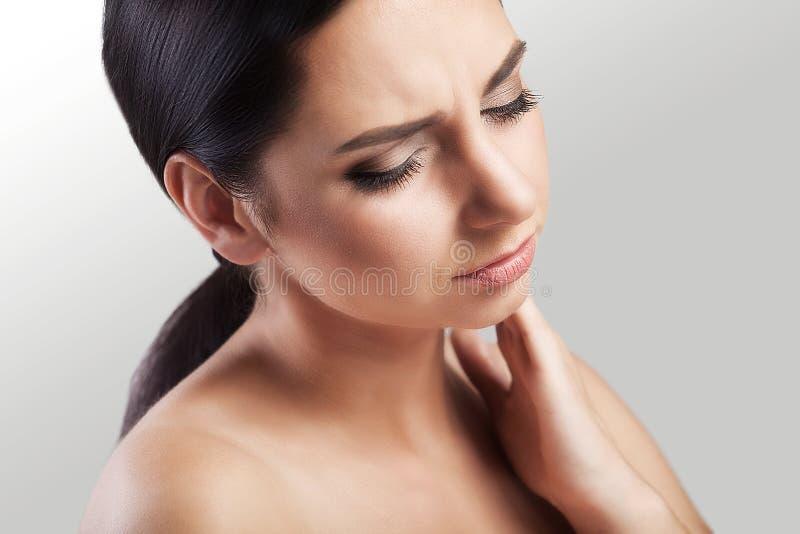 有流行性感冒疾病的一名深色的病人有喉头,关闭 免版税库存图片