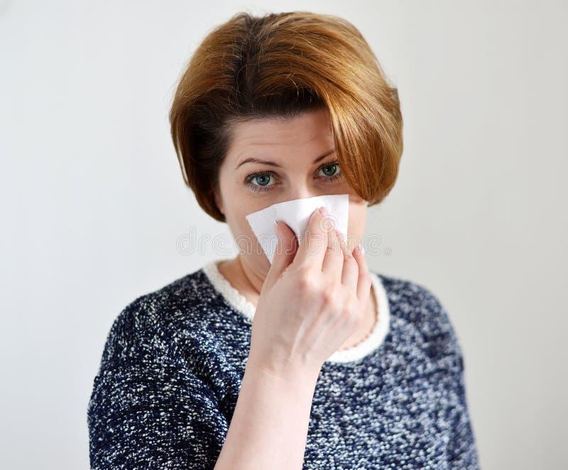 有流鼻水的妇女 免版税库存图片