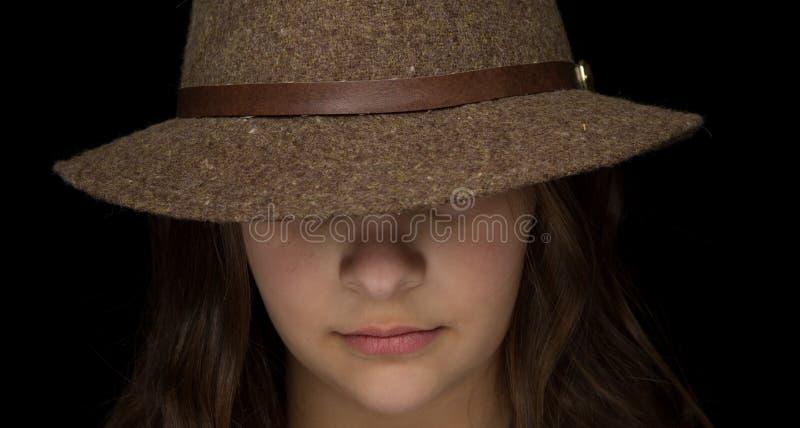 有浅顶软呢帽的女孩 免版税库存图片