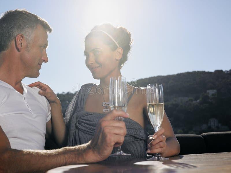 有浪漫的夫妇在游艇的香宾 免版税库存照片