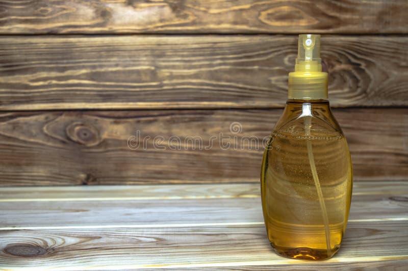 有浪花的塑料黄色瓶按摩油的 库存照片