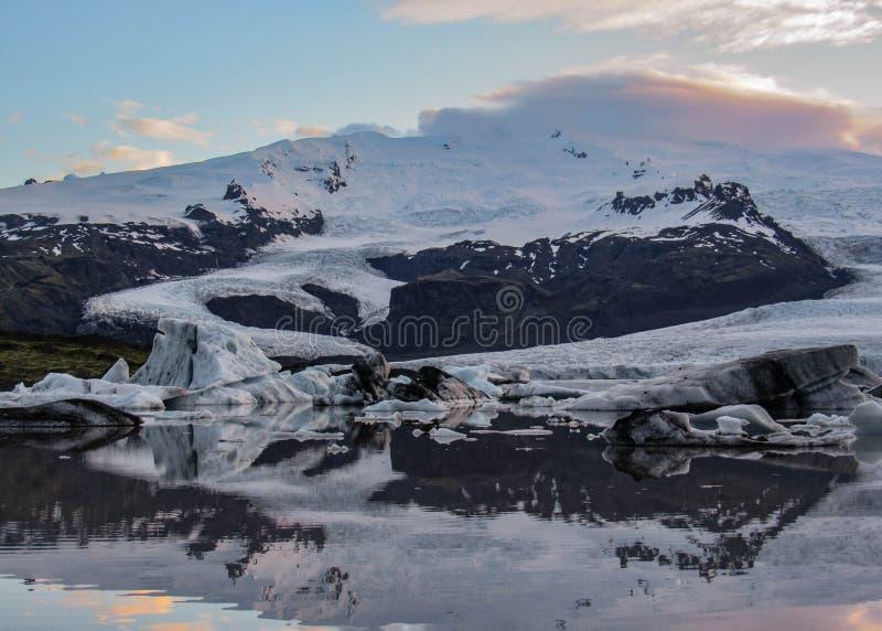 有浮动冰山的冰山盐水湖Fjallsarlon和剧烈的天空反射在水,瓦特纳冰川国家公园,南Icelan中 库存图片