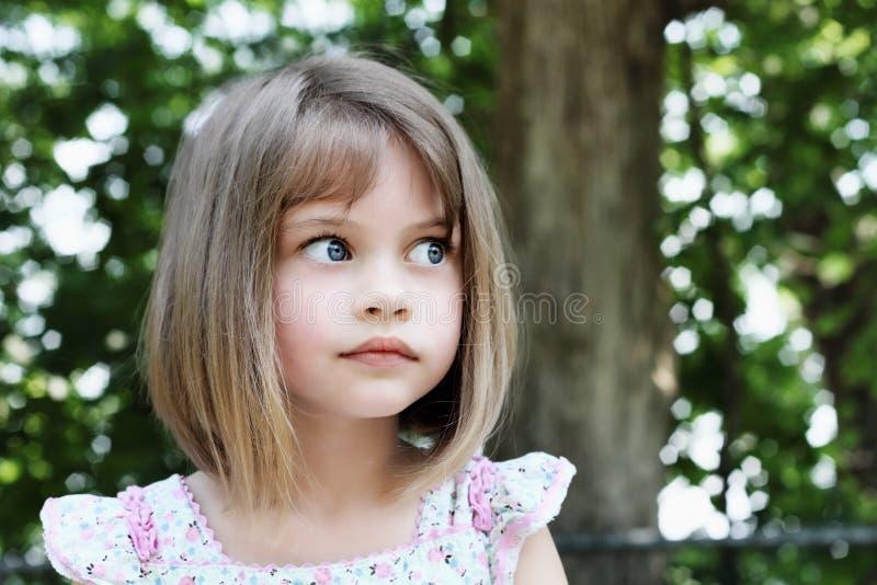 有浮动的头发的逗人喜爱的女孩 免版税图库摄影
