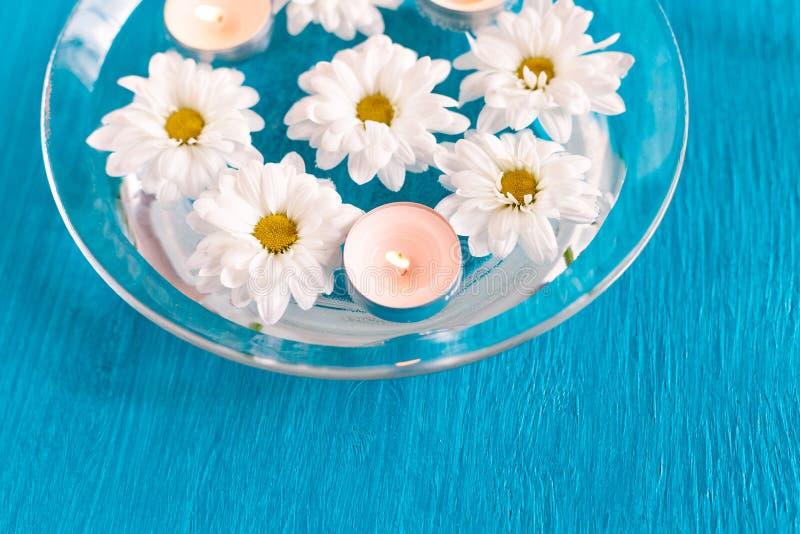 有浮动蜡烛和花的芳香碗 图库摄影