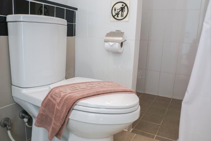 有浴床垫的白色干净的马桶 库存图片