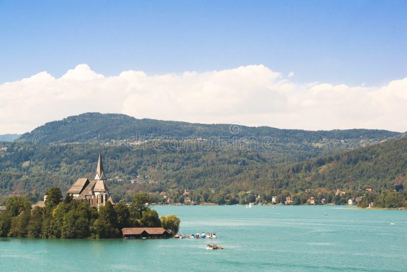 有海岛和教会的湖Woerthersee在奥地利 图库摄影