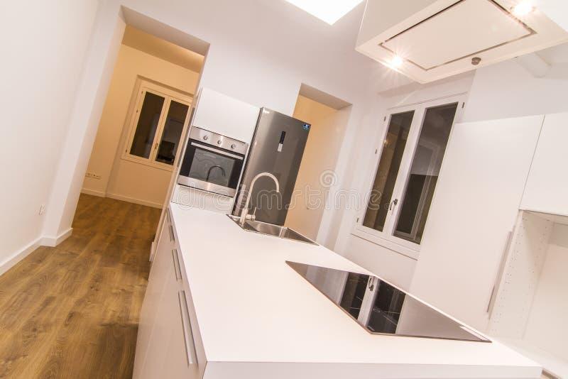 有海岛的白色厨房 库存照片