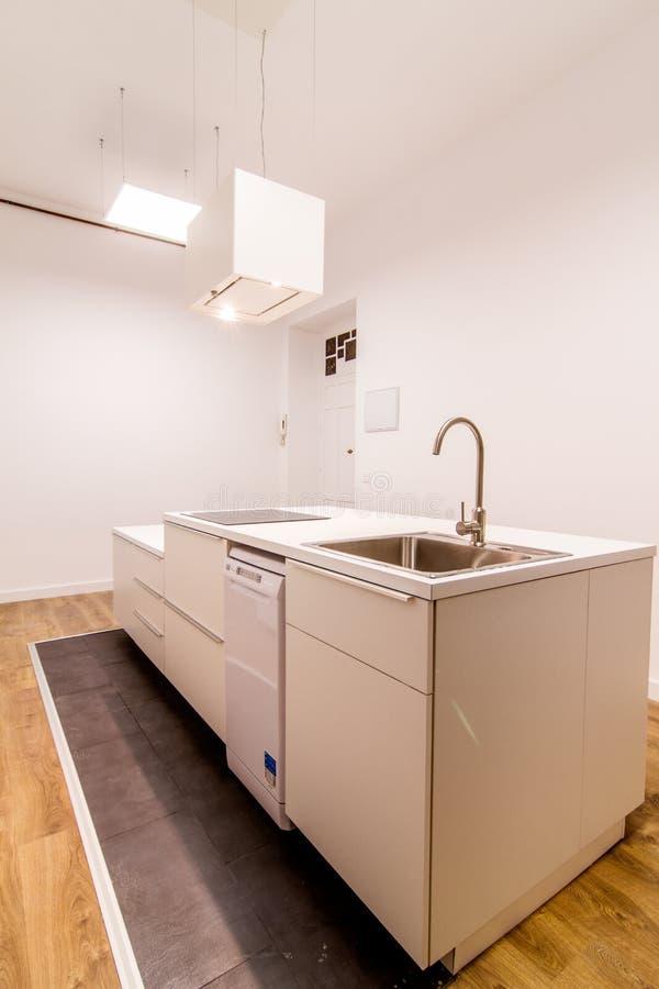 有海岛的白色厨房 库存图片