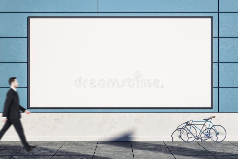 有海报的空的蓝色墙壁 免版税库存图片