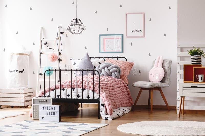有海报的逗人喜爱的孩子卧室 库存图片