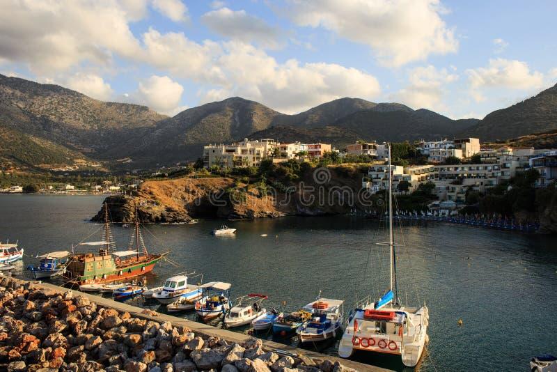 有海洋船的,小船港口 从峭壁的全景在海湾巴厘岛克利特,希腊 库存图片
