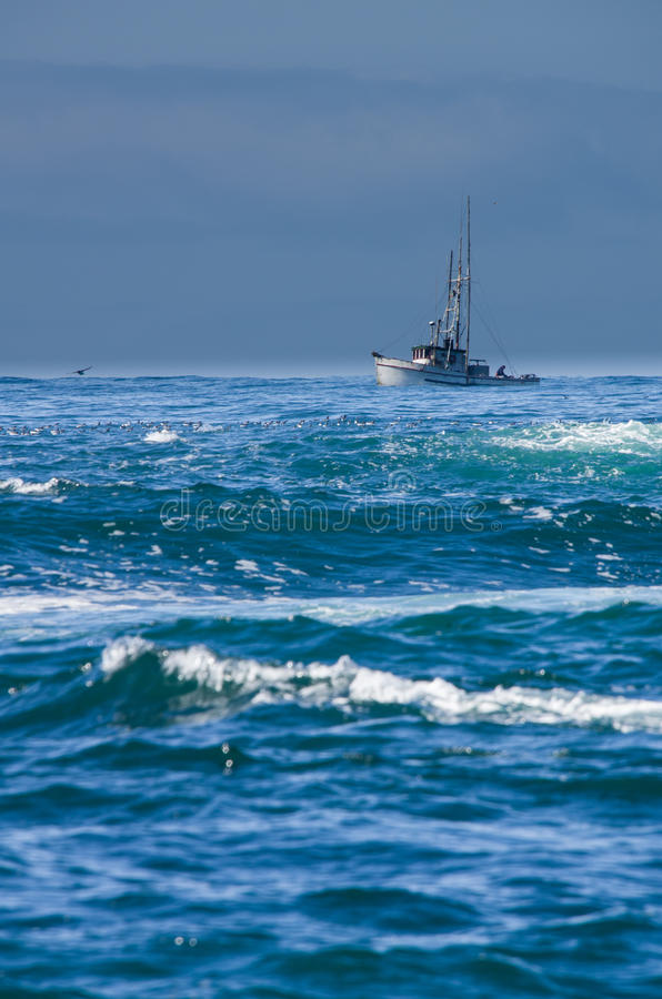 有海浪的小渔船 免版税库存照片