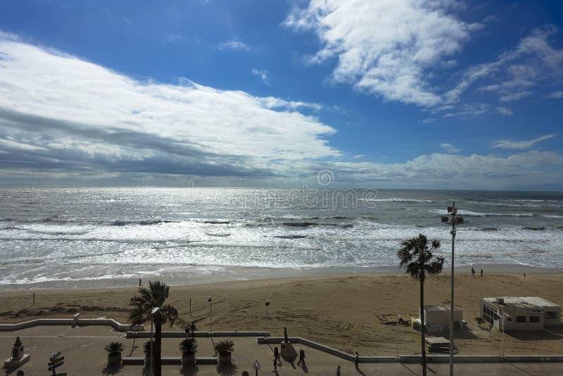有海滩的海海洋卡迪士在安大路西亚,西班牙 免版税库存照片