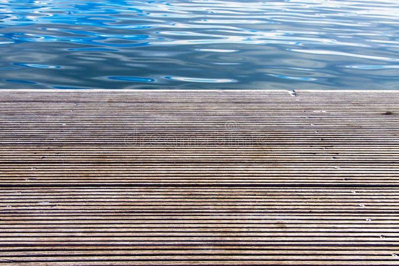 有海的木码头在背景中 库存照片