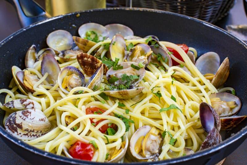 有海蛤蜊的意粉,面团vongole在烹调服务平底锅,鲜美意大利海鲜 库存照片