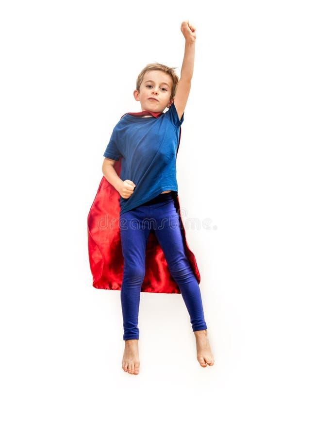 有海角的被隔绝的超级英雄男孩假装在白色的扣人心弦的自由 库存照片