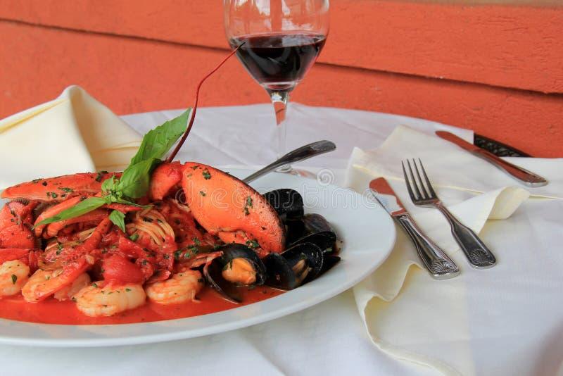 有海鲜Fradiavolo膳食的门餐馆  免版税库存照片