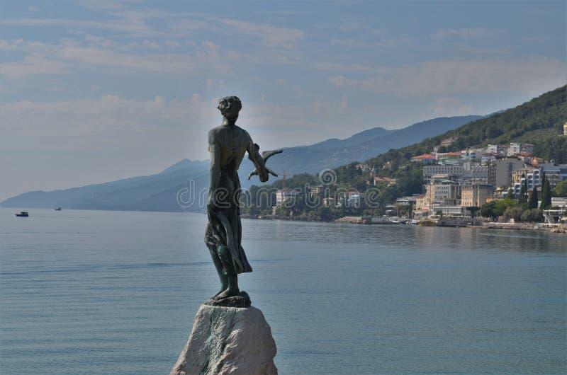 有海鸥的雕象未婚在克罗地亚城市奥帕蒂亚 库存照片