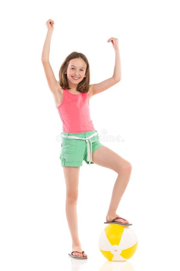 有海滩球的优胜者女孩 免版税库存图片