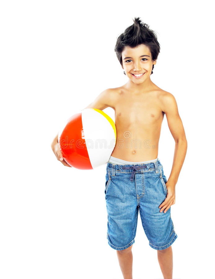 有海滩球的愉快的男孩 库存照片