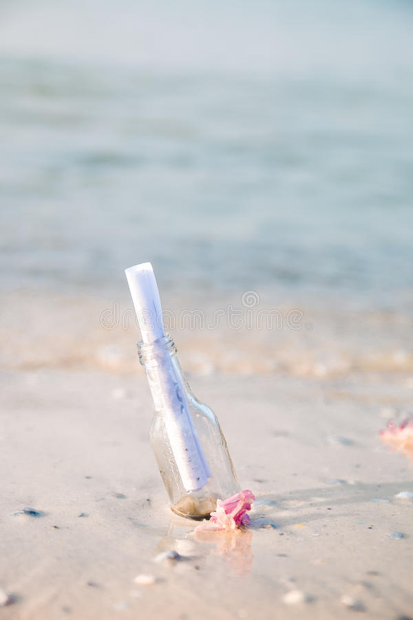 有消息的在海滩的瓶或信件 sos 复制空间 帮助 图库摄影