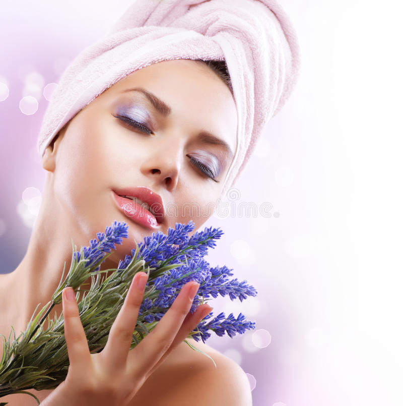 有淡紫色花的温泉女孩 库存照片