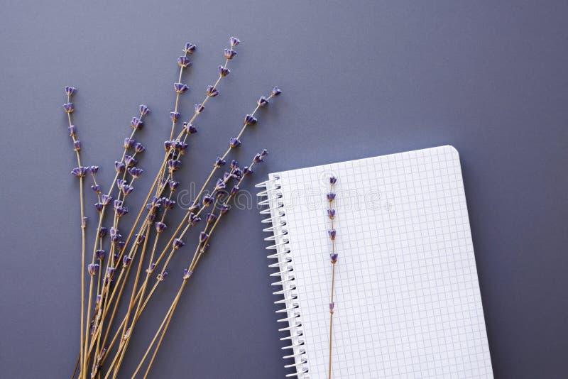 有淡紫色花的空白的笔记本 免版税库存图片