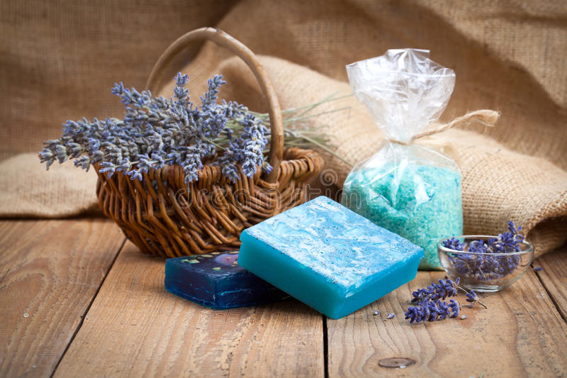 有淡紫色花和海盐的肥皂 库存图片
