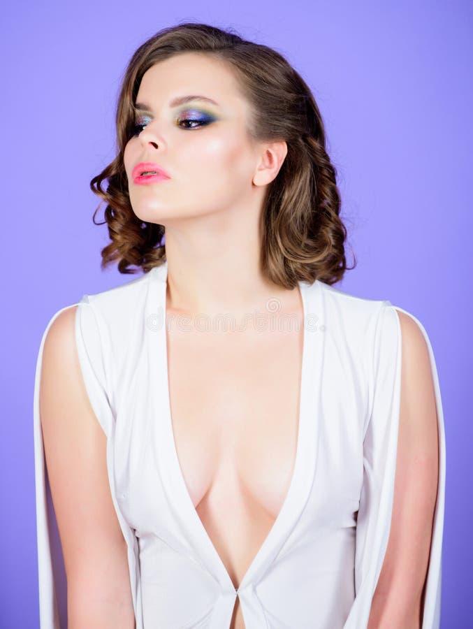 有深低颈露肩的女服礼服 诱人的低颈露肩的概念 女孩构成和葡萄酒发型穿戴礼服与 免版税库存图片