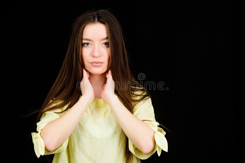有深色的头发的俏丽的妇女 skincare化妆用品和构成 时装模特儿画象 r 肉欲的妇女 免版税库存图片