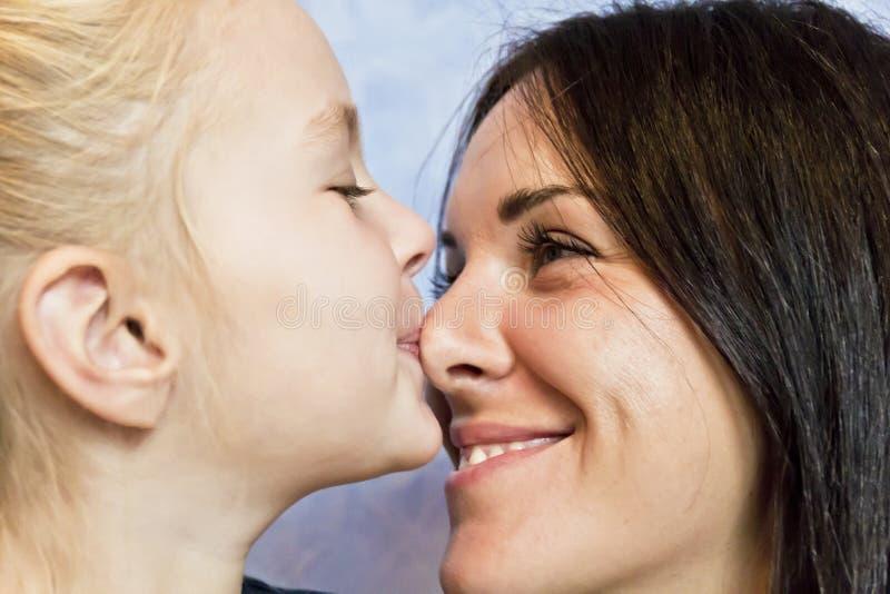 有深色的母亲的白肤金发的女儿 免版税库存图片