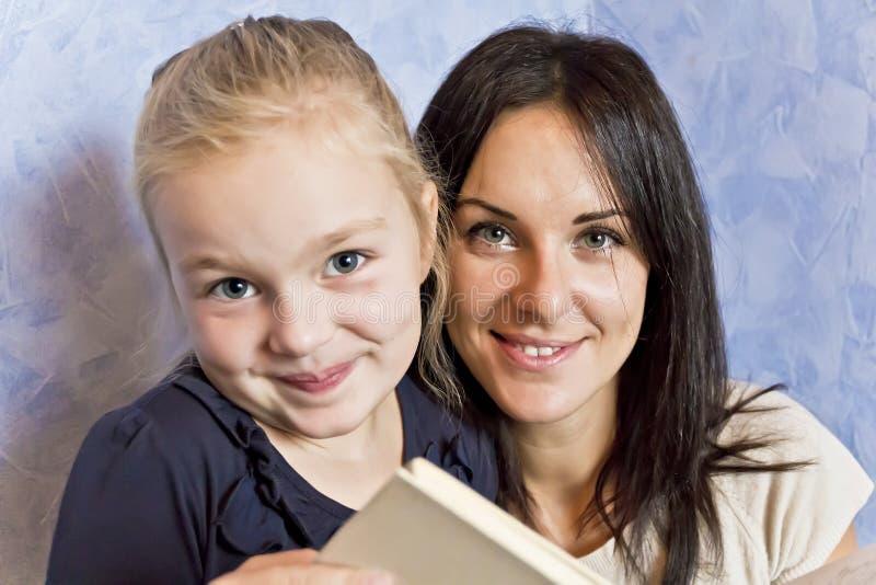 有深色的母亲的白肤金发的女儿 免版税图库摄影
