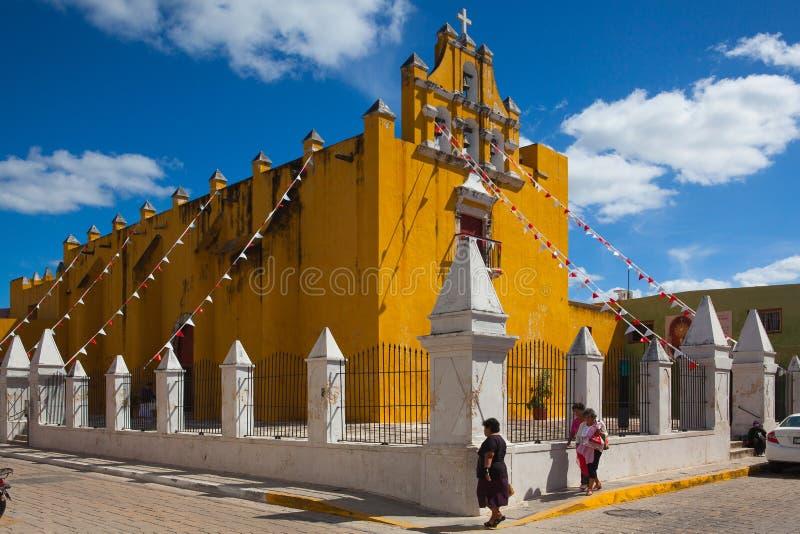 有深蓝天的黄色殖民地教会在坎比其,墨西哥 免版税图库摄影