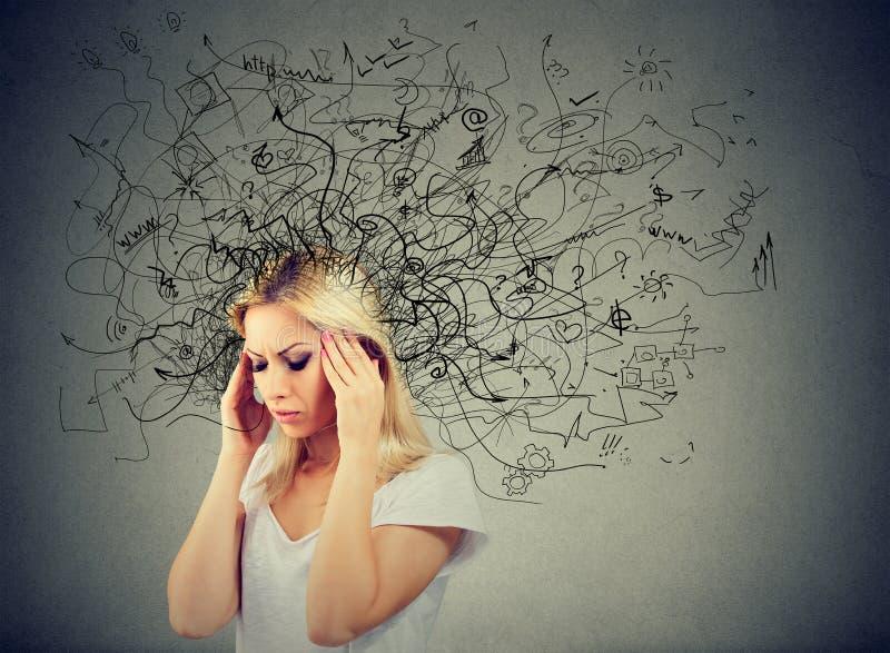 有混乱的体贴的白肤金发的少妇在她的头 库存图片
