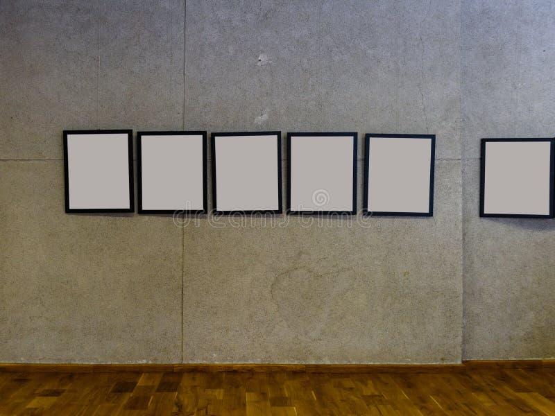 有混凝土墙和空的画框的展览室 免版税库存图片