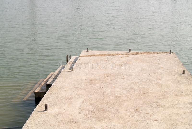 有混凝土的江边 库存照片