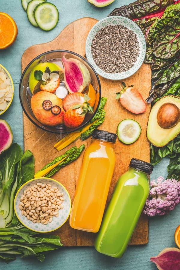 有混合搅拌器和健康成份的两个圆滑的人瓶在厨房用桌,顶视图上 素食主义者superfood:果子,莓果和 库存图片