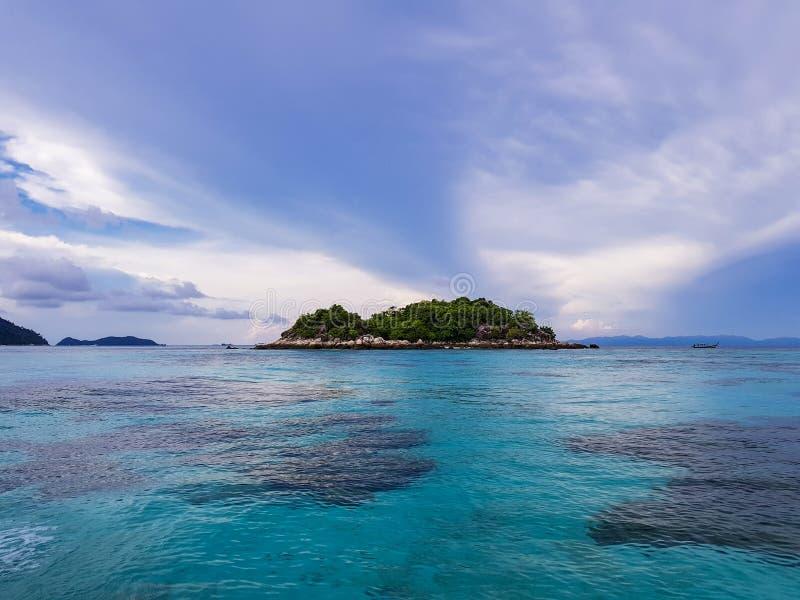 有清楚的天空的海 免版税库存照片