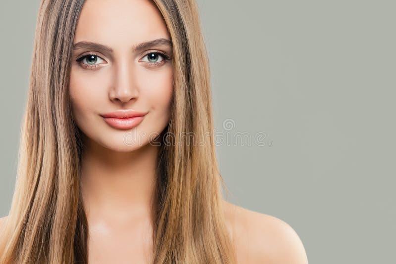 有清楚的皮肤和长的直发的年轻完善的妇女 r 图库摄影