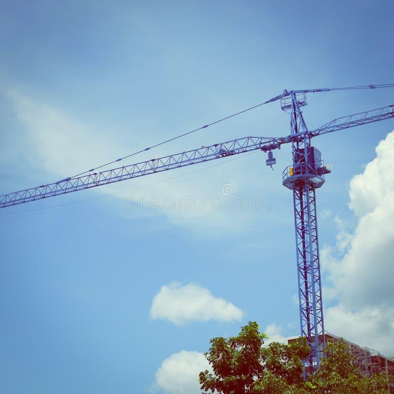 有清楚的蓝天的大建筑用起重机机器 库存照片