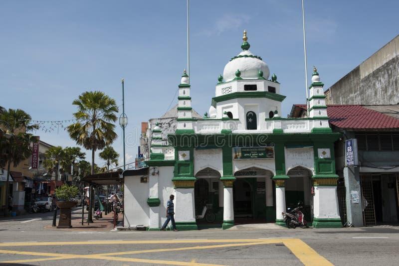 有清真寺的街道在乔治城,马来西亚 库存图片