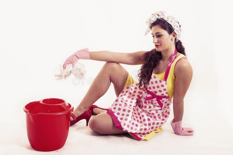 有清洗地板的布料和桶的俏丽的佣人 库存照片