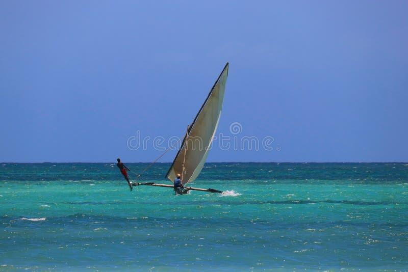 有渔夫的传统筏单桅三角帆船 库存图片