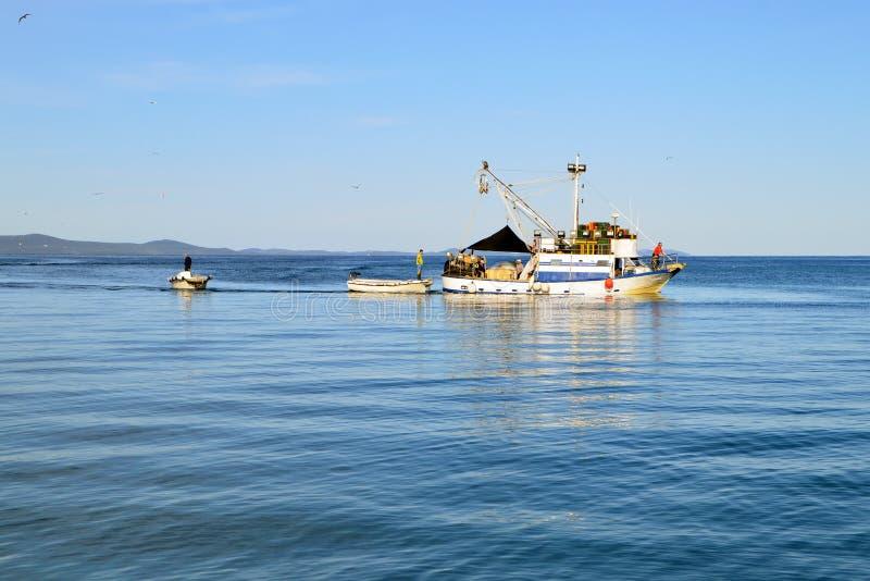 有渔夫的渔船在镇静蓝色海 库存照片