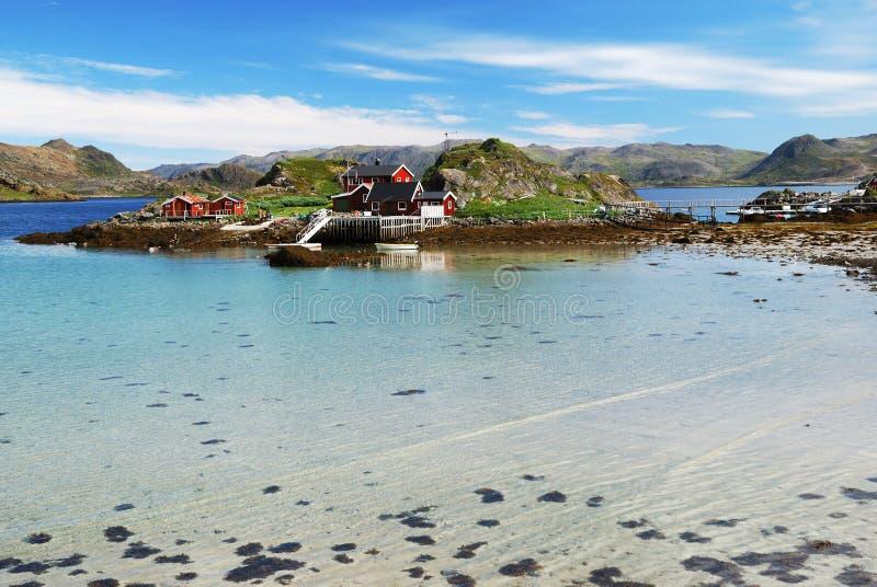 有渔村的海岛在海湾, Mageroya中间 库存图片